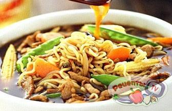 Суп с лапшой рамен, свининой, зеленым горошком и кукурузой